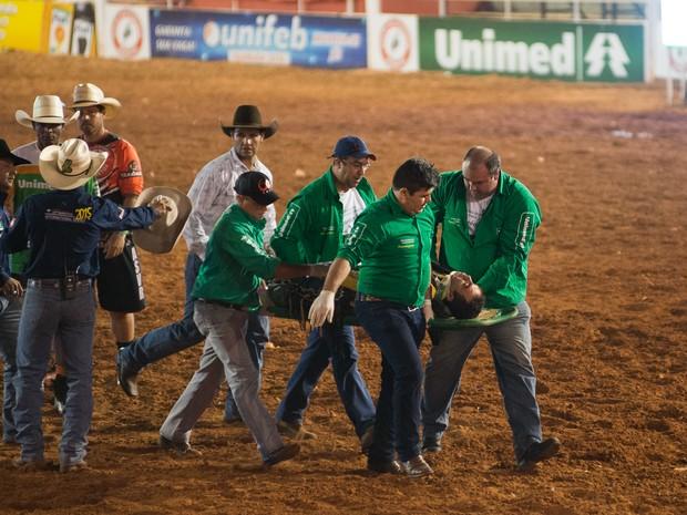 O competidor Ricardo Larroyed foi socorrido inconsciente, após cair do cavalo na prova de bareback, mas passa bem (Foto: Érico Andrade/G1)
