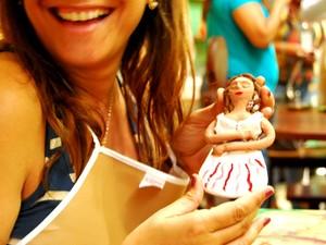 Turistas têm a oportunidade de fazer suas próprias bonecas de barro, em Areia, na Paraíba. (Foto: Arquivo Sebrae/Valdívia Costa)