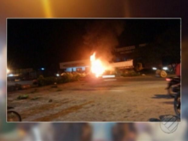 Moradores protestam contra violência em São Miguel do Guamá, no Pará (Foto: Reprodução/TV Liberal)
