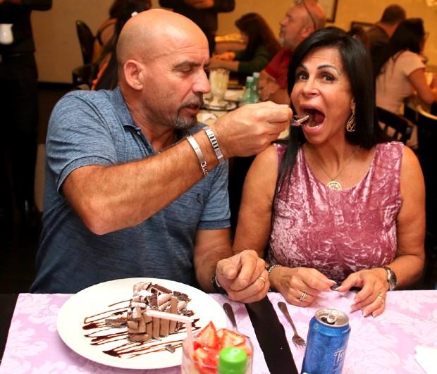 Carlos Marques dando doce na boca de Gretchen (Foto: Thiago Duran/AgNews)