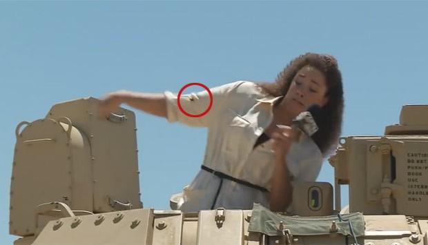 Incidente aconteceu no momento que ela fazia reportagem em blindado (Foto: Reprodução/YouTube/KSNT News)