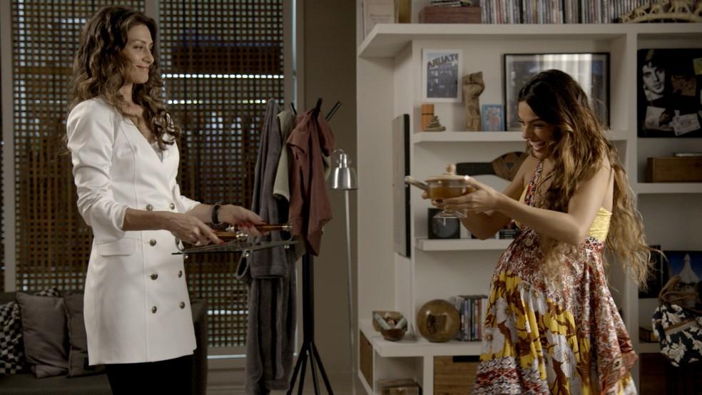 Joyce se esforça para agradar Rita... (Foto: TV Globo)