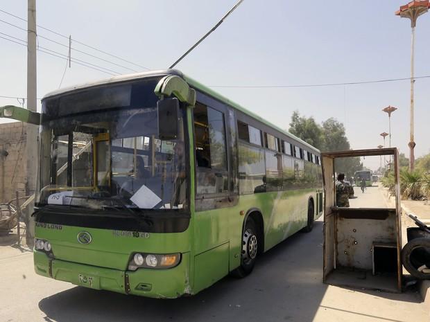 Mais de 300 habitantes originários de Daraya, perto de Damasco, começaram a ser retirados nesta sexta-feira (2) pelo exército sírio de uma localidade vizinha rebelde (Foto: Louai Beshara/AFP)