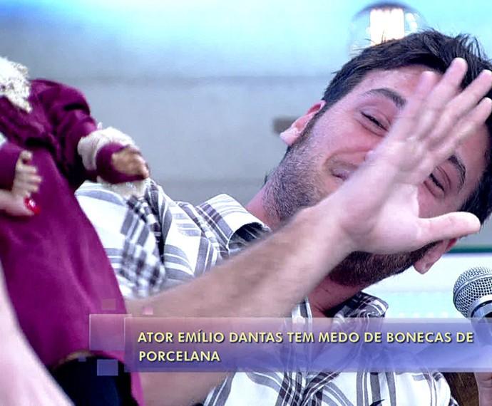 Emílio Dantas tem pavor de boneca de porcelana (Foto: TV Globo)