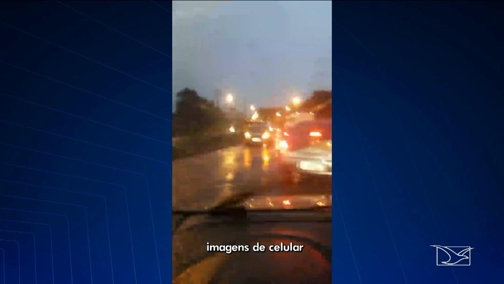 Motoristas enfrentam trânsito lento durante chuva na Estrada de Ribamar em São Luís. (Foto: Reprodução/TV Mirante)