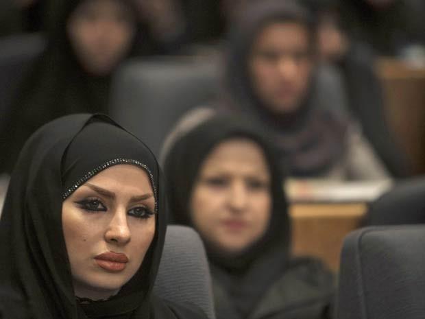 A cerimônia foi organizada para informar os cabeleireiros e o público em geral sobre os tipos 'aceitáveis' de cortes para homens e mulheres e para promover a castidade e o 'bom comportamento islâmico' (Foto: Morteza Nikoubazl/Reuters)