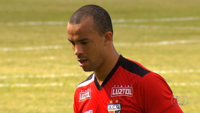 Roger Carvalho, zagueiro do Atlético-GO (Foto: Reprodução/TV Anhanguera)
