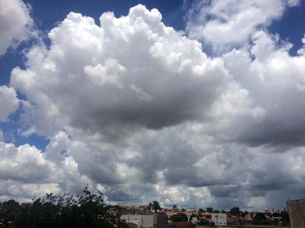 Céu de Campo Grande na tarde desta segunda-feira (26) (Foto: Maria Caroline Palieraqui/G1 MS)