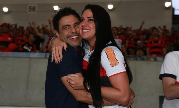Graciele Lacerda com Zezé Di Camargo em jogo do Flamengo: emoção à flor da pele (Foto: Dilson Silva/Agnews)