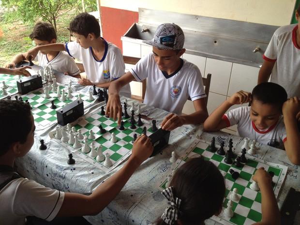 Atividades como o xadrez ajudam os estudantes a terem um melhor desempenho em sala de aula (Foto: Joab Ferreira/G1)
