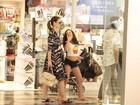 Carolina Kasting, grávida, passeia com a filha em shopping no Rio