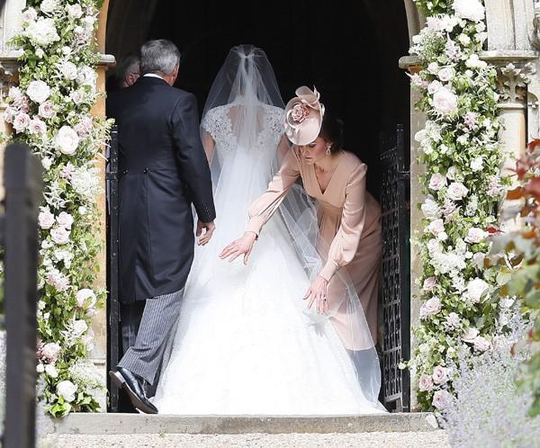 Kate Middleton ajuda a irmã Pippa Middleton com o vestido (Foto: Getty Images)