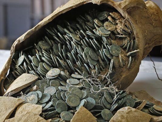 Ânforas resistentes e proteção subterrânea mantiveram moedas praticamente intactas (Foto: Reprodução)