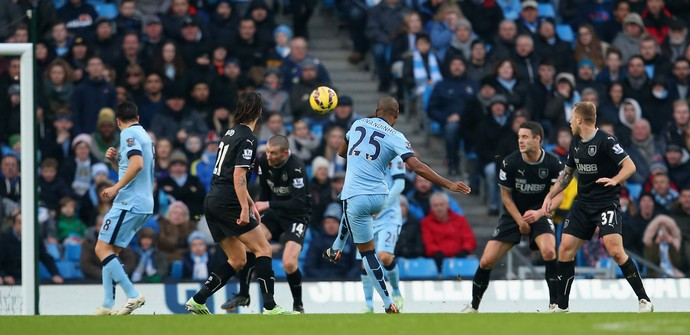Manchester City x Burnley - Fernandinho chuta para gol (Foto: Getty)