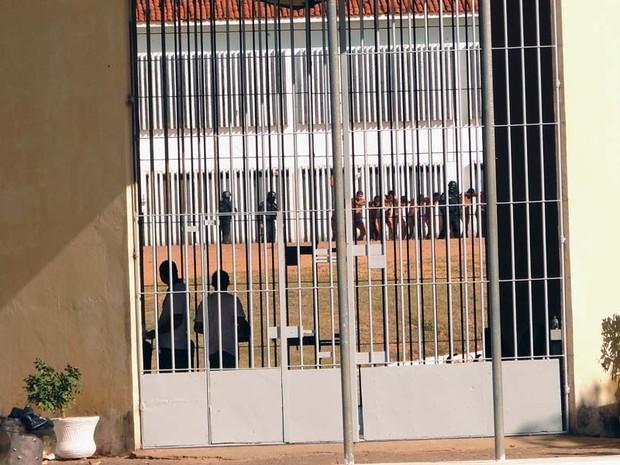 Alguns detentos foram levados para a Ala de Adaptação de Alcaçuz, RN (Foto: Ricardo Araújo/G1)
