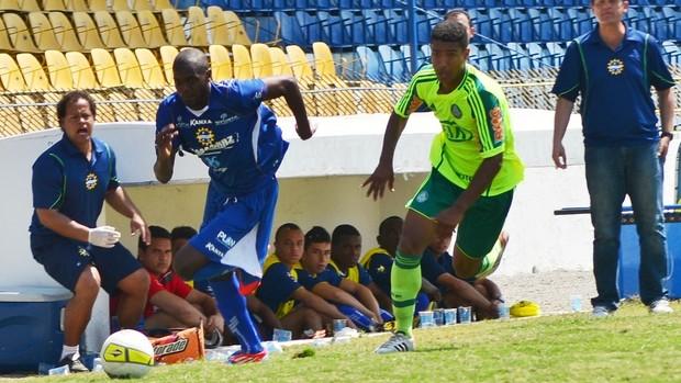 O atacante Negueba puxa ataque do São José contra o Palmeiras-B' (Foto: Tião Martins/São José E.C)