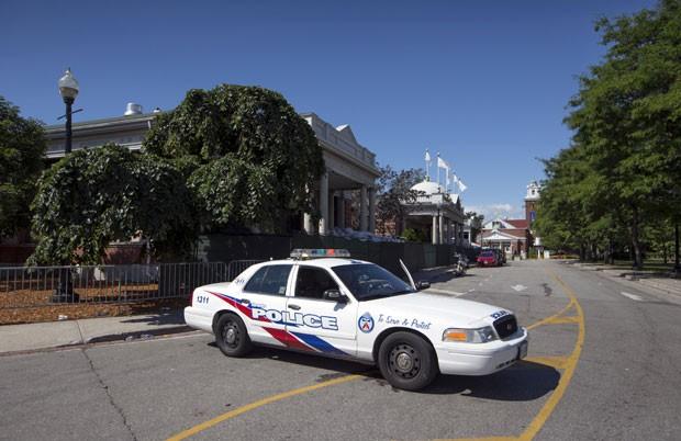 Carro de polícia do lado de fora do clube Muzik, onde houve tiroteio em Toronto (Foto: Mark Blinch/Reuters)