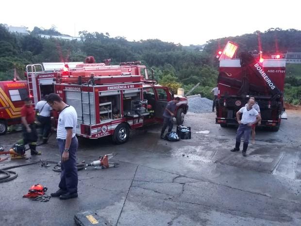 Bombeiros de Suzano, Mogi e Ferraz participaram da operação  (Foto: Alessandro Batata / TV Diário)