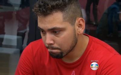 Alan Fonteles chateado ao perceber que não poderia correr (Foto: Reprodução TV Globo)