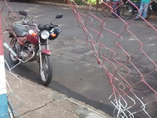 Alambrado cortado pelos ladrões que entraram no local (Foto: Hercilaine Cristina da Costa Marinho )