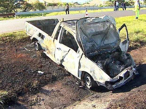 Após capotagem, caminhote cai em acostamento e pega fogo (Foto: Reprodução EPTV)