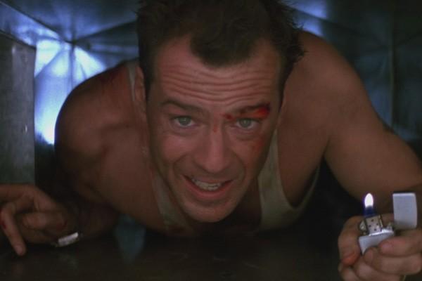 Bruce Willis apanha muito em Duro de Matar, mas na cena seguinta já está tudo bem (Foto: .)