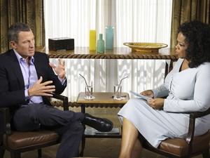 O ciclista Lance Armstrong é entrevistado pela apresentadora americana Oprah Winfrey em Austin, Texas. O americano que se tornou o maior nome no ciclismo mundial confessou o uso de substâncias ilícitas após ter vários de seus títulos revogados. (Foto: Reuters/George Burns/Harpo Studios, Inc)