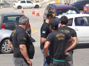 Policiais pernambucanos cumprem mandados de prisão em Alagoas (Foto: Michelle Farias/G1)
