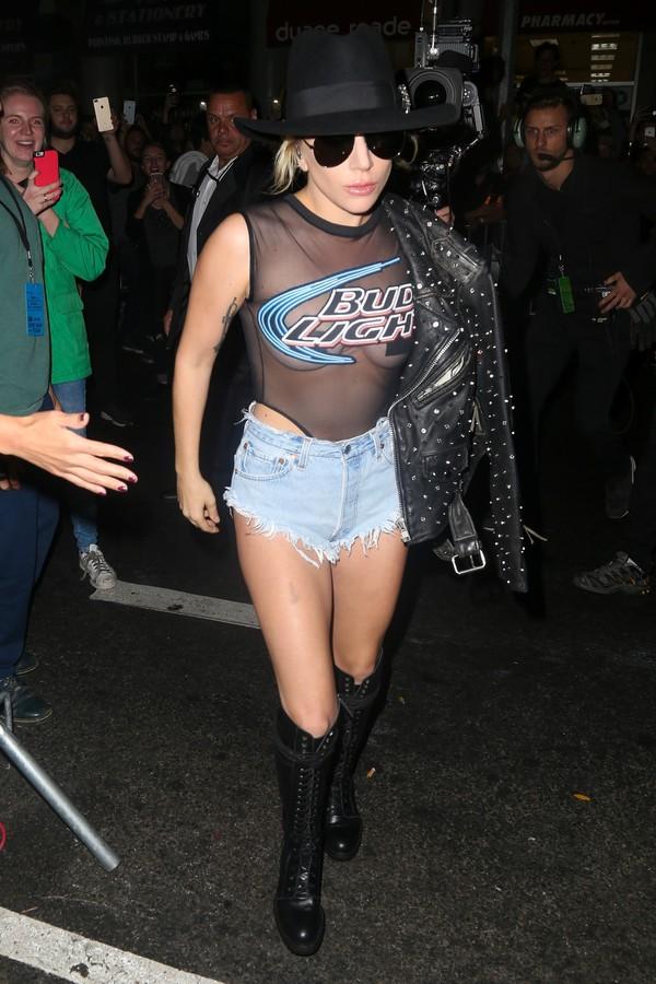 Lady Gaga usa look sexy e mostra demais em lançamento de CD