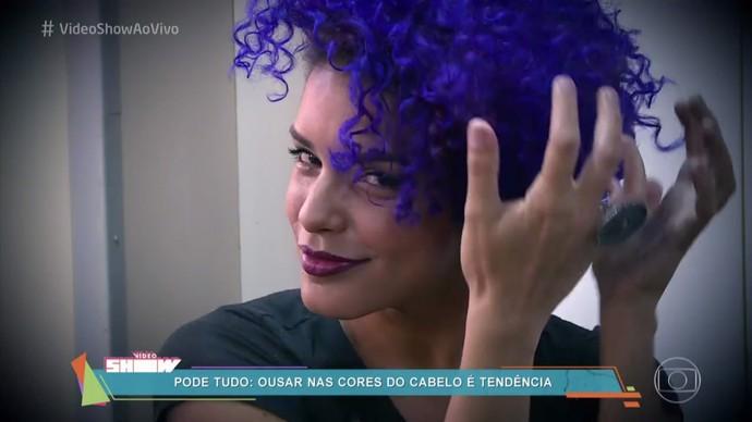 Kizi exibe o look de Nanda, de 'Rock Story' (Foto: TV Globo)