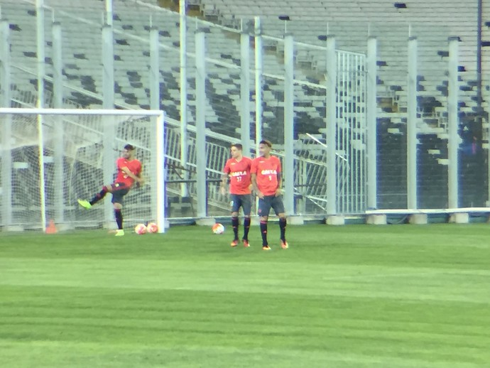 Guerrero espera a bola perto do gol: peruano volta ao time nesta quarta-feira (Foto: Raphael Zarko)