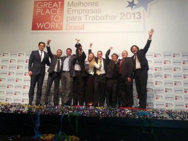 Os colaboradores da Acesso Digital comemoram o primeiro lugar na categoria médias e pequenas - nacional (Foto: ÉPOCA)