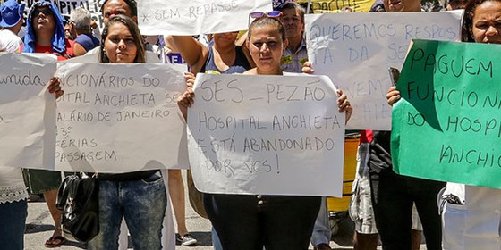 Protesto em frente à Alerj, no Rio de Janeiro, nesta terça-feira (14) (Foto: André Horta/Fotoarena / Ag. O Globo)