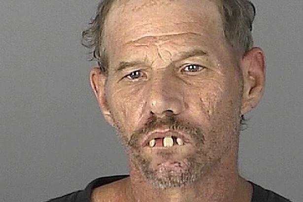 """Homem ganhou apelido de """"Drácula"""" dos policiais por causa de seus dentes. (Foto: Divulgação)"""