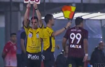 Arbitragem sofre com numeração fixa do Atlético-PR e improvisa nas placas