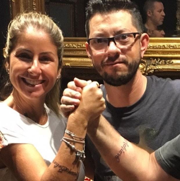 Minha tattoo mais de pertinho, o artista e o braço do meu irmão, que veio me visitar e fez tatuagem igual a minha (mas ainda não o convenci a aparecer na foto) (Foto: Reprodução/ Instagram)