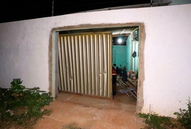 Criminosos arrombarão o portão, invadiram a casa e mataram João Coragem na frente da mulher e dos filhos (Foto: Marcelino Neto/G1)