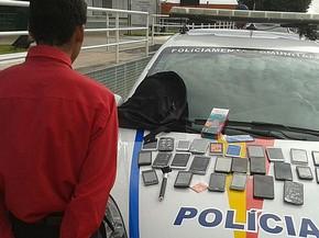 Adolescente e os celulares que ele pretendia furtar em loja de um shopping de Taguatinga (Foto: Polícia Militar/Divulgação)