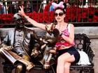 Luiza Valdetaro posa de barriga de fora e brinca com estátuas na Disney