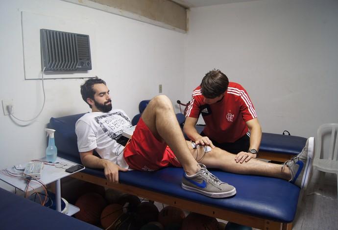 Benite inicia sua recuperação com o fisioterapeuta Ricardo Machado (Foto: Marcello Pires)