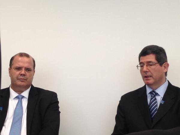 Tombini e Levy em entrevista coletiva para jornalistas brasileiros em Lima, no encontro do FMI (Foto: Anay Cury/G1)