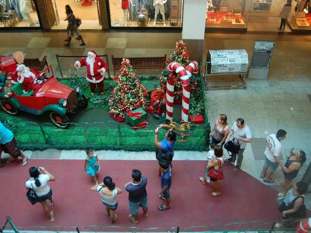 Pessoas se divertiram com a decoração natalina de shopping no Centro de João Pessoa (Foto: Daniel Peixoto/G1)