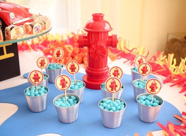 Pastilha doce azul foi usada para simular a água de um hidrante (Foto: Arquivo Pessoal)