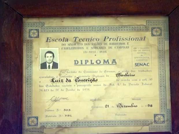 Diploma de barbeiro tradicional é exibido com orgulho em Campinas (Foto: Reprodução / EPTV)