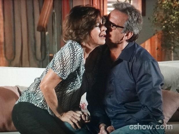 Chica tenta resistir à sedução de Ricardo (Foto: Em Família/ TV Globo)