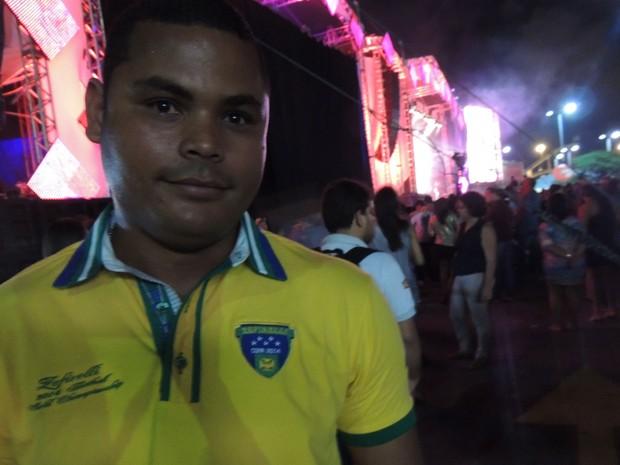 Vigilante Silvestre Hilário escolheu uma camisa com símbolos do Brasil. (Foto: Luna Markman / G1)