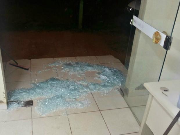 Vidro foi quebrado durante a noite em Porto Acre, no interior do estado  (Foto: Arquivo pessoal)