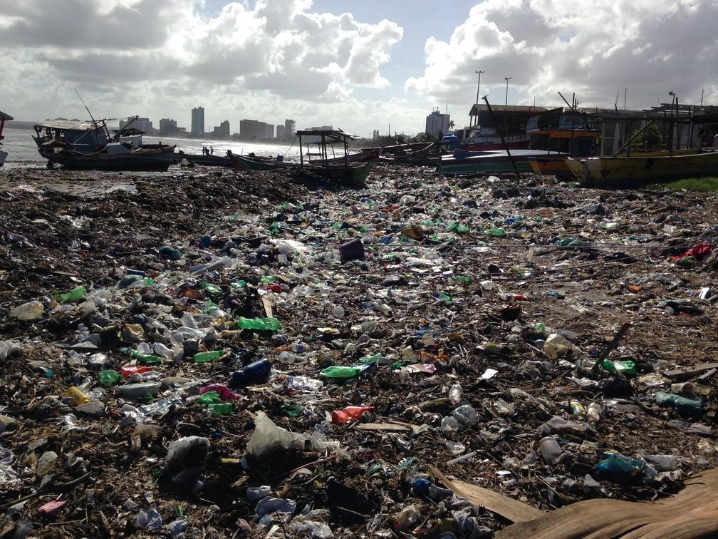 Lixo acumulado na areia da praia prejudica trabalho de carpinteiros e pescadores que trabalham em Jaraguá (Foto: Natália Normande/G1)
