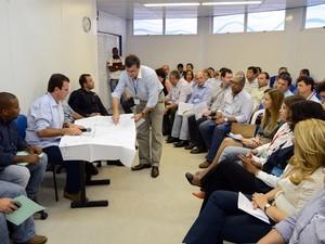 Eduardo Paes se reuniu com moradores do Jacarezinho nesta segunda (Foto: J.P.Engelbrecht / Prefeitura do Rio)