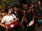 Caio Castro e Gil Coelho soltam a voz em roda de samba no Rio